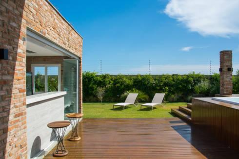 CASA VENTURA M22: Casas modernas por SBARDELOTTO ARQUITETURA