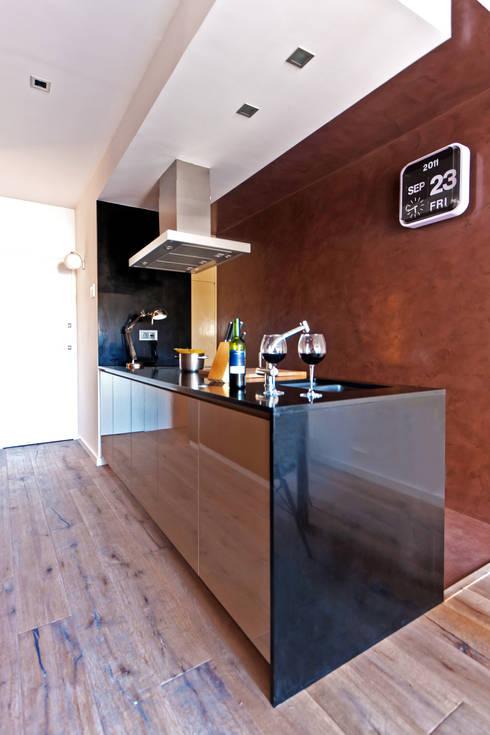 Apartamento turístico RBLA. CATALUNYA  -  Una espacio para disfrutar: Cocinas de estilo moderno de Miriam Barrio