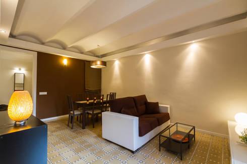 Apartamento turistico en Barcelona.: Salones de estilo moderno de Agami Design