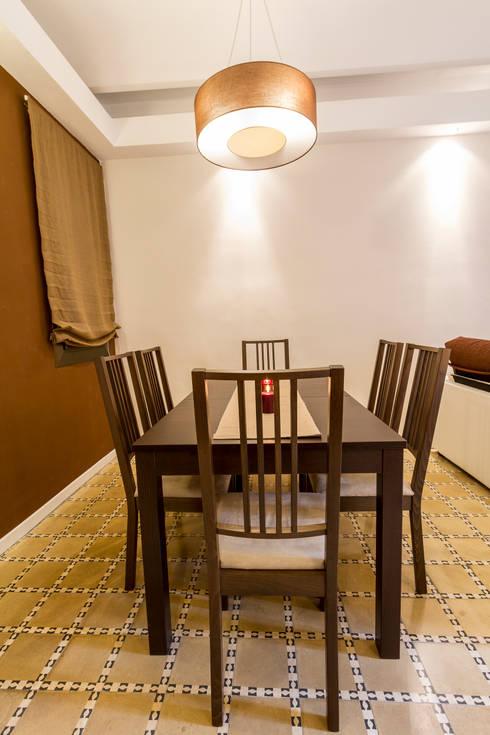 Apartamento turistico en Barcelona.: Comedores de estilo moderno de Agami Design