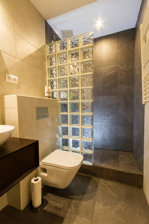 Apartamento turistico en Barcelona.: Baños de estilo moderno de Agami Design
