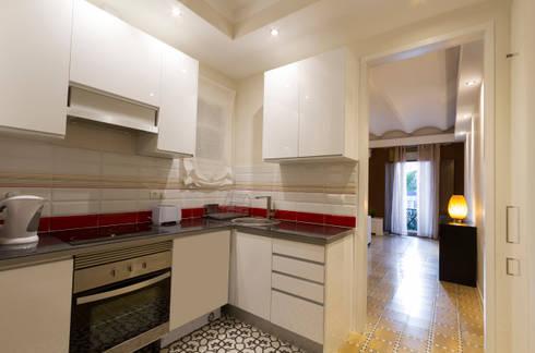 Apartamento turistico en Barcelona.: Cocinas de estilo moderno de Agami Design