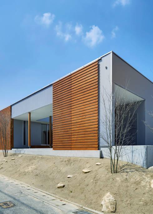 南側道路面: 有島忠男設計工房が手掛けた家です。