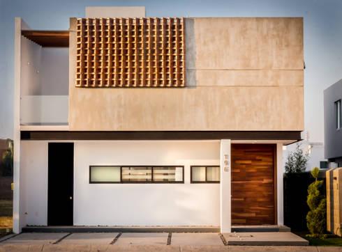 Fachada Poniente e Ingreso / Producto final: Casas de estilo moderno por BANG arquitectura