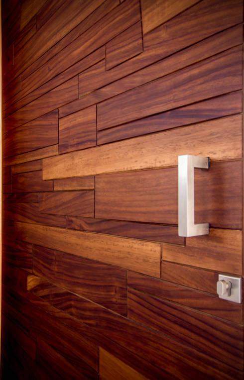 Puerta de Ingreso / Producto Final: Ventanas de estilo  por BANG arquitectura