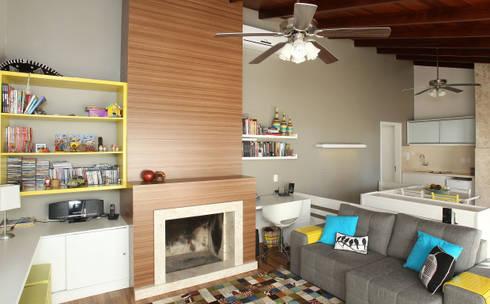 Sala de Estar  com espaço projetado ao uso do computador: Salas de estar modernas por Quadrilha Design Arquitetura