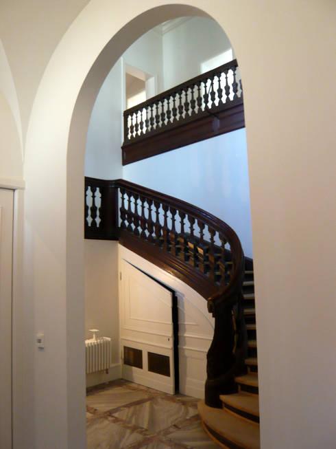 Treppenhaus nach der Restaurierung:   von Atelier von Wecus