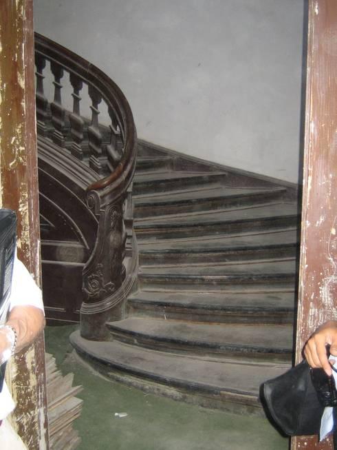 Treppenhaus vor der Restaurierung:   von Atelier von Wecus