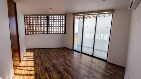 Recamara principal: Recámaras de estilo moderno por BANG arquitectura
