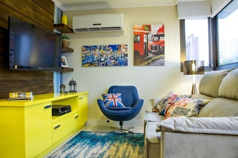 Sala de estar com home theater moderno: Sala de estar  por D`Vita - Marcenaria de Luxo