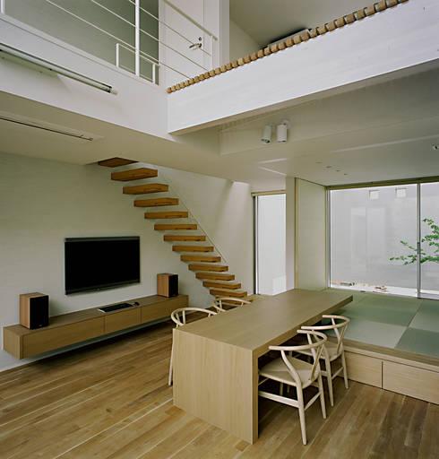方庵: 和泉屋勘兵衛建築デザイン室が手掛けたダイニングです。