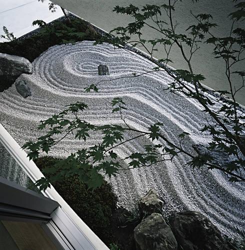 方庵: 和泉屋勘兵衛建築デザイン室が手掛けた庭です。
