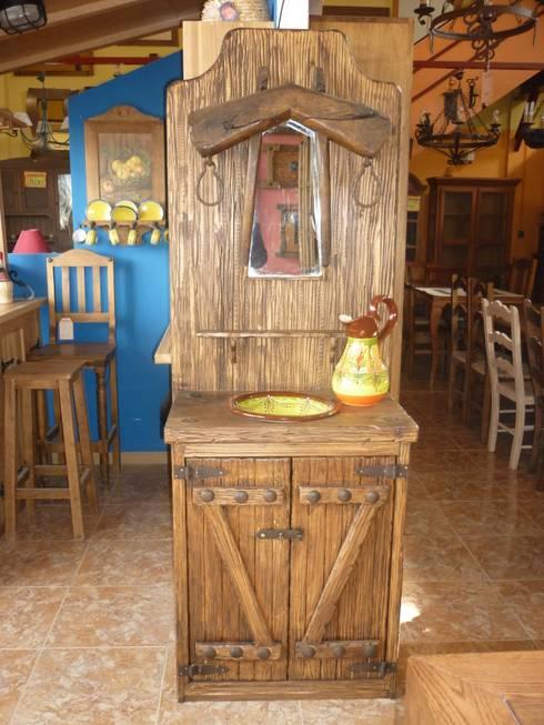 Mueble de baño con espejo de yugo. : Baños de estilo rústico de info5038