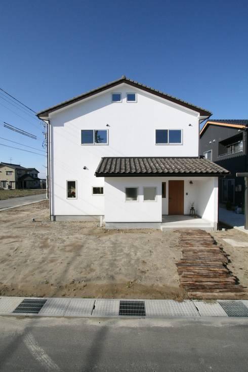 真っ白漆喰塗の家~外観~: KanonStylehome! 野末建築が手掛けた家です。