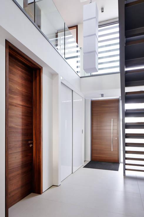 Corridor & hallway by Urban Front