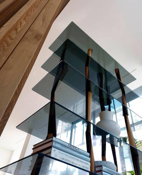 SENDAI CRYSTAL Bücherregal: moderne Wohnzimmer von HORM.IT