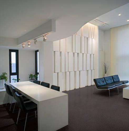 PAVIMENTOS PARA OFICINAS: Paredes y suelos de estilo minimalista de PAVIMENTOS GERFLOR