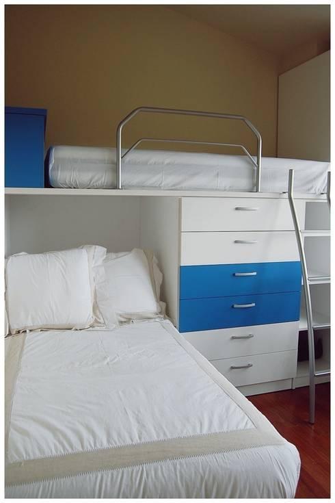 Beige: Dormitorios infantiles de estilo mediterráneo de Cardellach Interior & Events
