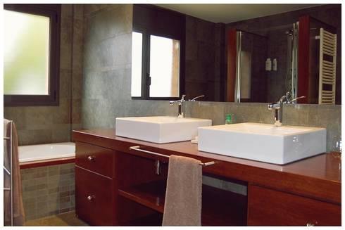 Beige: Baños de estilo mediterráneo de Cardellach Interior & Events