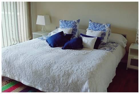 Beige: Dormitorios de estilo mediterráneo de Cardellach Interior & Events