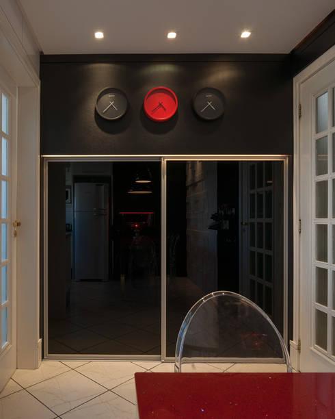 Cor à cozinha!: Cozinha  por Craft-Espaço de Arquitetura
