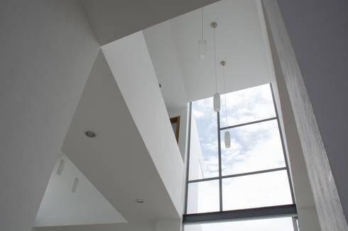 Casa en el Cielo : Pasillos y recibidores de estilo  por Villar Watty Arquitectos