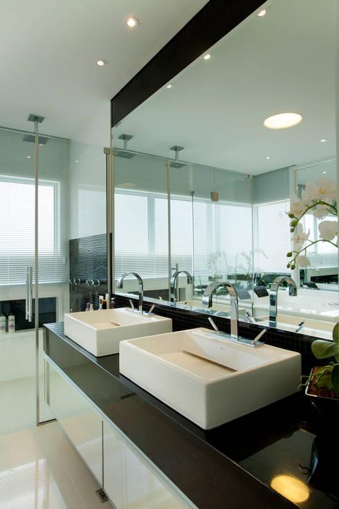 Casas de banho modernas por Designer de Interiores e Paisagista Iara Kílaris
