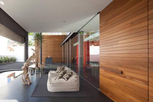 Casa Rinconada.: Balcones y terrazas de estilo minimalista por Echauri Morales Arquitectos