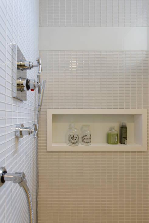 TOWER BRIDGE: Banheiros modernos por Barbara Dundes | ARQ + DESIGN