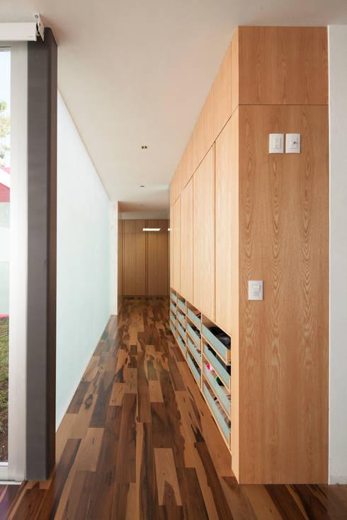 Casa Rinconada: Pasillos y recibidores de estilo  por Echauri Morales Arquitectos