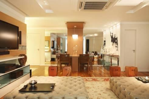 Apartamento Barra da Tijuca: Salas de jantar modernas por Cris Moura Arquitetura