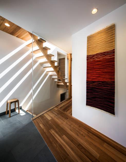 クレバスハウス エントランス: 株式会社seki.designが手掛けた玄関/廊下/階段です。