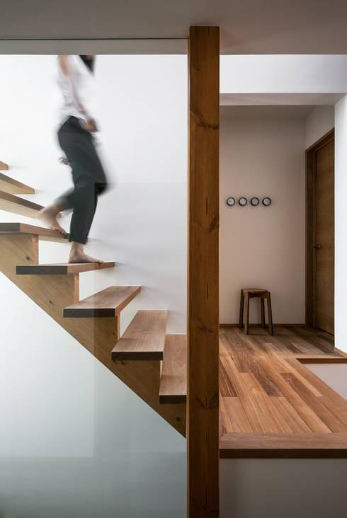 クレバスハウス シースルー階段: 株式会社seki.designが手掛けた玄関/廊下/階段です。