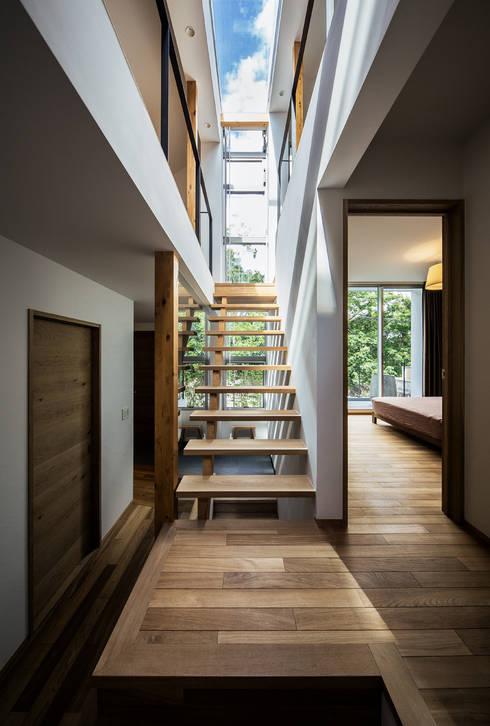クレバスハウス クレバスをイメージした階段ホール: 株式会社seki.designが手掛けた廊下 & 玄関です。