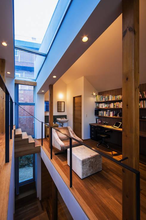 クレバスハウス ダイニングルームから書斎: 株式会社seki.designが手掛けたリビングです。