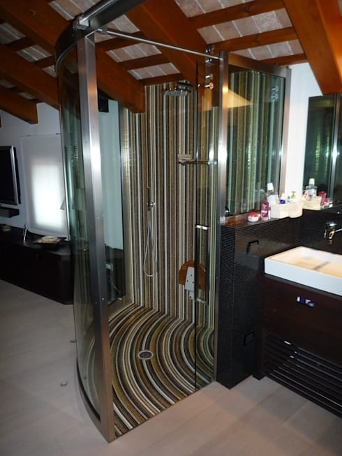 Doccia: Bagno in stile  di architetto Luca Lorenzon