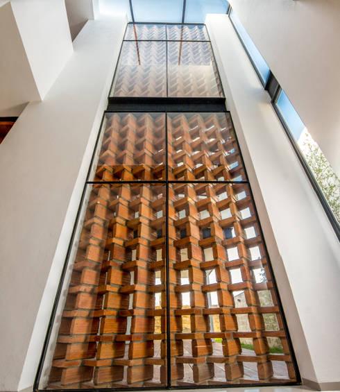 Celosía de ladrillo: Paredes de estilo  por BANG arquitectura