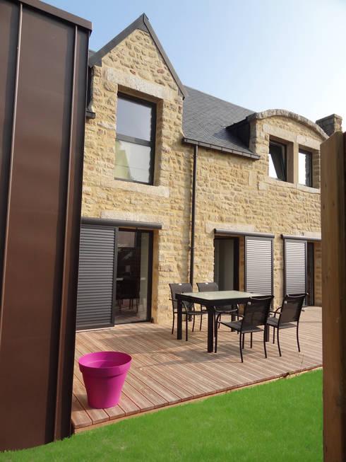 Rénovation longère extension bois et zinc – Locmariaquer: Maisons de style  par atelier 742