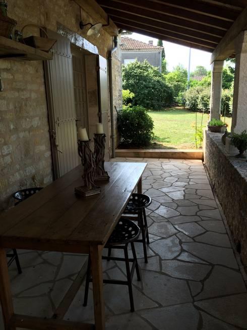 espace repas extérieur: Terrasse de style  par INSIDE-DECO-TENDANCE