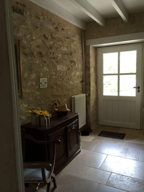 mur de pierre: Couloir, entrée, escaliers de style  par INSIDE-DECO-TENDANCE