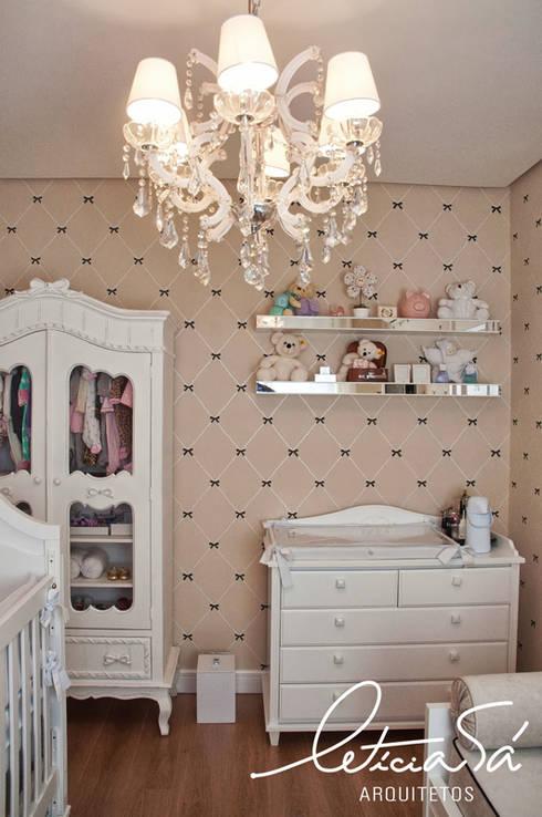 Quarto Bebê Chanel: Quarto infantil  por Leticia Sá Arquitetos