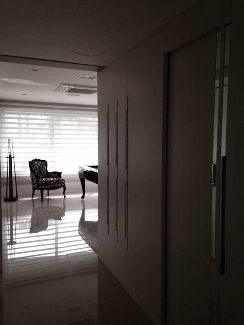 ACESSO PRINCIPAL: Corredores e halls de entrada  por Motta Viegas arquitetura + design