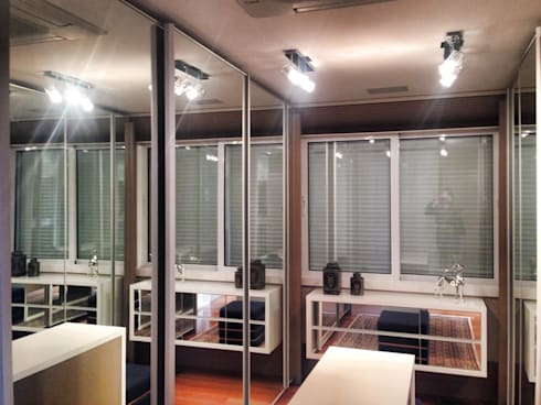 CLOSET PRÁTICO: Closets modernos por Motta Viegas arquitetura + design