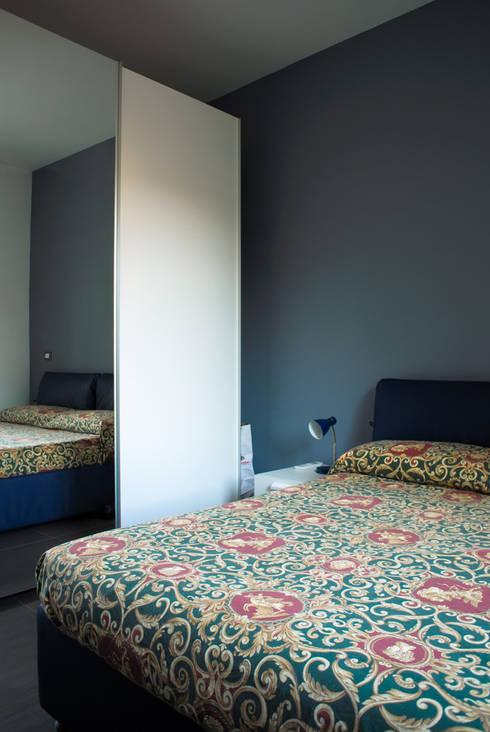 camera: Camera da letto in stile in stile Moderno di Alessandro D'Amico