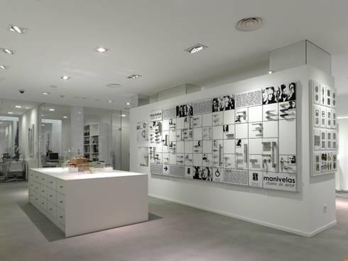 Tienda EL PICAPORTE: Oficinas y tiendas de estilo  de Hernández Arquitectos