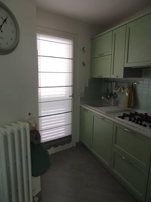 Casa in centro storico ristrutturata: Cucina in stile  di Nadia Moretti