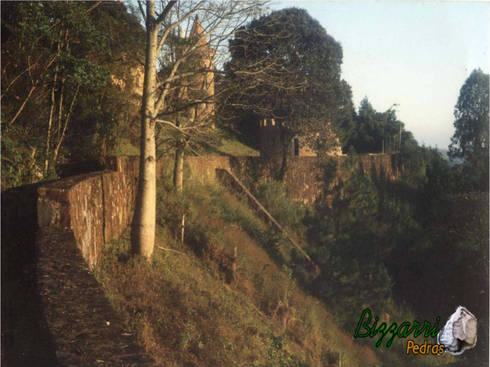 Muro de pedra no castelo: Casas rústicas por Bizzarri Pedras