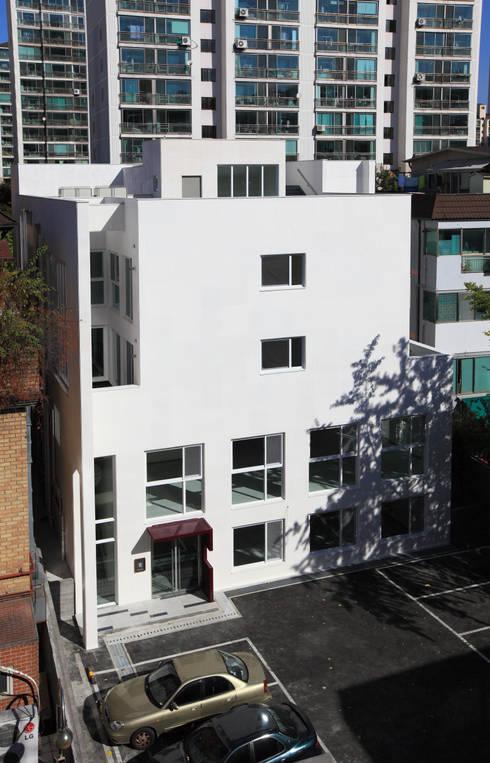 건물 후면: 현앤전 건축사 사무소(HYUN AND JEON ARCHITECTURAL OFFICE )의  주택