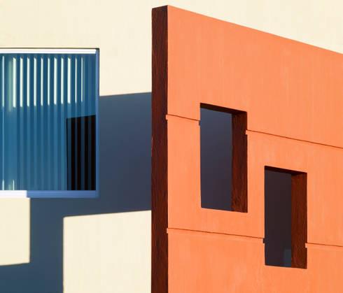 elemento decorativo de fachada: Casas de estilo moderno por Excelencia en Diseño