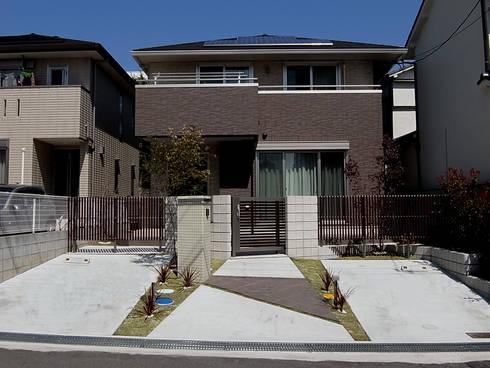 シックな外観の建物を 彩るエクステリアの全景: sotoDesign  株式会社竹本造園が手掛けた家です。
